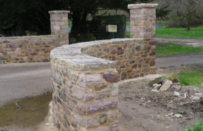 Murs d'entrée en pierres